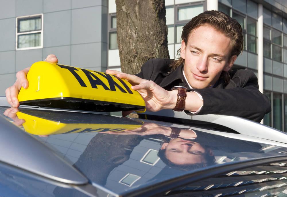 El sector del taxi consigue frenar la concesión de licencias VTC